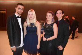 "<p class=""caption"">Richárd, Nadine, Sina und Tobias auf dem Lehrlingsball.</p>"