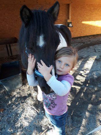 """<p class=""""caption"""">Ronja mit ihrem Pony Tina.</p>"""