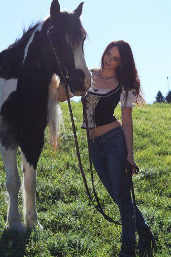 """<p class=""""caption"""">Samantha mit ihrem Pferd Ringo.</p>"""