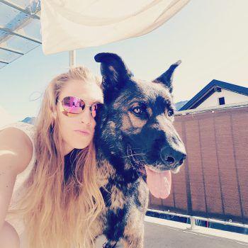 "<p class=""caption"">Sandra (27) mit ihrem Hund Benny.</p>"