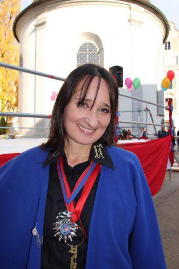 """<p>Sandra Corona, Prinzessin im Jahre 2002: """"Wir freuen uns sehr, den Kindern mit Fridolin das zum Leben erweckte Maskottchen des Ore-Ore-Kinderfaschings präsentieren zu dürfen. Damit wird die fünfte Jahreszeit sichtbarer und begreifbarer. Der diesjährige Fasching hält wiederum viele Höhepunkte wie etwa den Ore-Ore-Kinderball oder einen farbenfrohen Umzug bereit.""""</p>"""