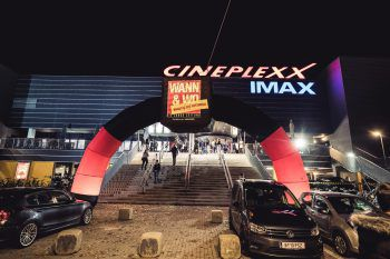 """<p class=""""caption"""">Schon von Weitem war zu sehen, dass im Cineplexx ein besonderer Abend auf die Besucher zukommen wird.</p>"""