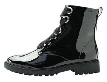 "<p class=""caption"">Schuhe: Boots in Lack-Optik von Esprit. Gesehen um 79,99 Euro.</p>"