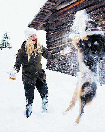 Spaß im Schnee: Linda und Buddy genießen die traumhafte Winterlandschaft in ihrer Heimat – dem Montafon. Foto: Daniel Hug