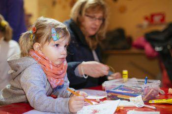 """<p class=""""caption"""">Spielen und Basteln: Im Lebkuchenhaus können sich die Kinder austoben.</p>"""