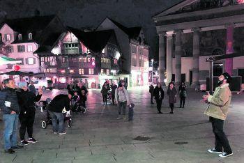 """Trotz Kälte und Dunkelheit versammelten sich in wenigen Minuten einige interessierte Zuhörer um den """"The Voice Of Germany""""-Teilnehmer Giuliano am Dornbirner Marktplatz.Fotos: W&W, Sams"""