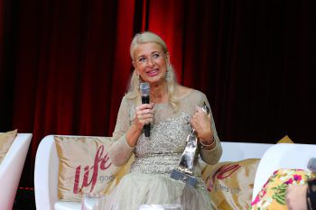 "<p class=""caption"">TV-Talkerin Raphaela Ackermann mit der ""Tara"".</p>"