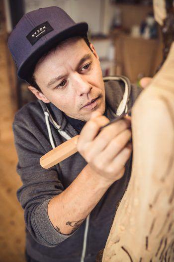 Victor Mangeng in seinem Element. Der kreative Montafoner lebt und atmet Kunst. Fotos: Sams