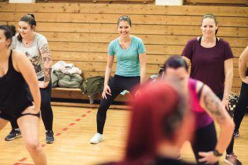 """<p class=""""caption"""">Workout: Hier kommen Lisa, Tamara und Mary schon mal ins Schwitzen.</p>"""