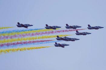 """<p>Zhuhai. Spektakulär: Chinas """"Rote Adler"""" beweisen ihr fliegerisches Können auf einer Flugshow.</p>"""