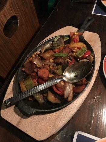 """<p class=""""caption"""">Das gebratene Gemüse wird in der Gußpfanne serviert. Dazu gibt es Guacamole, Salsa, Sauerrahm und Tortillas. Fotos: W&W/Purin</p>"""