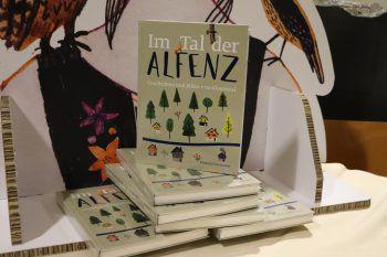 "<p class=""caption"">Das neue Alfenz-Buch.</p>"