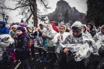 """<p class=""""caption"""">Die Organisatoren verteilten Regenponchos an die Demonstranten.</p>"""