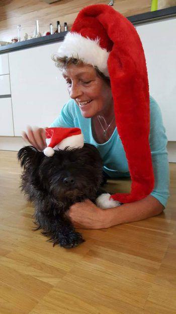 """<p class=""""caption"""">Gabriele aus Dornbirn und ihre treue Fellnase lieben die Weihnachtszeit.</p>"""