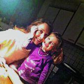 """<p class=""""caption"""">Magdalena mit ihrer Schwester Jana Marie beim Kekse backen.</p>"""