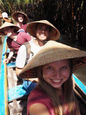 """<p class=""""caption"""">Michi mit seinen Freunden auf einem """"Floating-Market"""" in der Nähe von Saigon, Vietnam.</p>"""