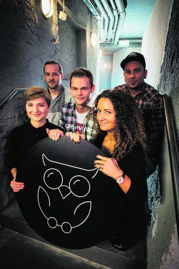 """<p class=""""caption"""">Neues Logo: Bunte Vögel verwandeln sich im Buntergrund in Nachteulen.</p>"""