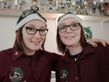 """<p class=""""caption"""">Nina und Christine mit ihren EHC Lustenau Nikolausmützen als weihnachtliche Helferinnen im VIP-Bereich der Eishalle Lustenau.</p><p class=""""caption"""" />"""