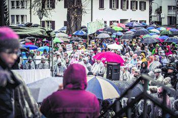 Trotz Dauerregen, Kälte und erstem Advent strömten am Sonntag wieder Hunderte Vorarlberger zur Demonstration nach Hohenems. Fotos: Sams
