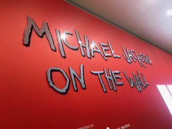 """<p class=""""caption"""">W&W besuchte in London auch die Ausstellung """"Michael Jackson On The Wall"""", die eine riesige Vielfalt an verschiedenen Michael-Jackson-Exponaten bietet. Fotos: W&W</p>"""