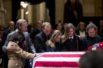 <p>Washington. Trauer: Neil Bush (zweiter von links) und seine Frau Maria (links) trauern mit Familienmitgliedern am Sarg des 41. Präsidenten der Vereinigten Staaten, George H.W. Bush.</p>