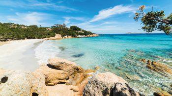 """<p class=""""caption"""">Zauberhafte, abwechslungsreiche Küstenabschnitte finden die Gäste auf Sardinien.</p>"""