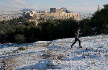 <p>               Athen. Selten: Ein Jogger läuft über den Schnee in der griechischen Hauptstadt.             </p>