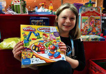 Auch Leonie ist wieder als Verkäuferin beim Spielzeugflohmarkt dabei.