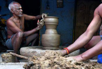 <p>               Chennai. Konzentriert: Ein Inder töpfert Krüge in Vorbereitung auf das Hindu-Fest Pongal.              </p>