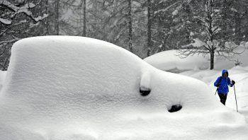 Ein eingeschneites Auto in der Ramsau am Dachstein. In weiten Teilen Österreichs sind in den letzten Tagen erhebliche Mengen an Schnee gefallen. Foto: APA