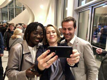 "<p class=""caption"">Gudrun Petz-Bechter mit Christoph und Auma Obama.</p>"