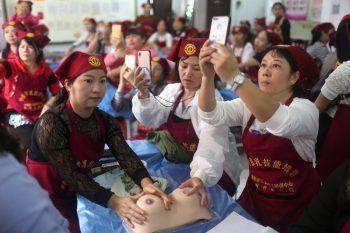 <p>               Haikou. Vorsichtig: Chinesische Frauen lernen Brustmassagen für stillende Mütter.             </p><p />