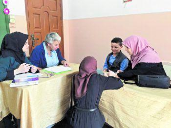 Kinderpsychiaterin Michaela Fried in einer Schule in Gaza. Die Arbeit von NGOs ist hier nicht immer gern gesehen.Fotos: B4HP, Hofmeister