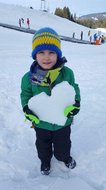 """<p class=""""caption"""">Luka liebt den Schnee.</p>"""
