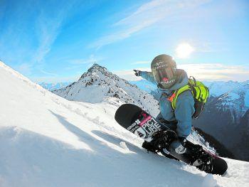 Thomas Feurstein in seinem Heimatgebiet, der Silvretta Montafon, mit der Zamangspitze im Hintergrund.  Foto: Fabio Studer