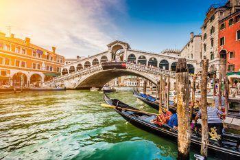 """Venedig lockt mit unvergleichlichem Flair, kleinen italienischen Cafés und ganz viel """"Dolce Vita""""! Fotos:handout/NKG, Fotolia JFL Photography/Shutterstock"""