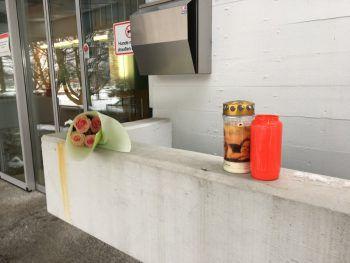 """Am Ort der grauenhaften Tat wurden Blumen und Kerzen niedergelegt, um dem verstorbenen Alexander """"Sandy"""" Alge zu gedenken.Foto: VOL.AT"""