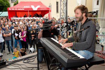 """<p class=""""caption"""">Beim Finale am Marktplatz in Rankweil performen die Künstlerinnen und Künstler ihre Songs vor einem großen Publikum.</p>"""