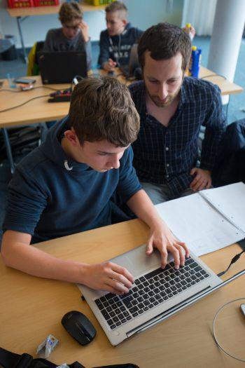 "<p class=""caption"">Daniel Rotter hilft den Jugendlichen, das Programmieren zu lernen.</p>"