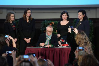 Dieter Kosslick beim Unterzeichnen der 50/50-Erklärung.Foto: Reuters