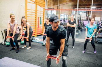 """Kraftübungen für alle Muskeln des Körpers                                          Zum Schluss: verschiedene Kraftübungen. Sie gehören zu jedem Training und werden von Einheit zu Einheit individuell auf den Leistungsstand angepasst. Eine wichtige Ganzkörper-Kraftübung für die gesamte hintere Kette des Körpers und um den Rücken zu stärken ist das Kreuzheben. Wie bei allen anderen Trainingseinheiten ist es auch hier sehr wichtig, auf die richtige Ausführung zu achten, weshalb die Mädels erst den richtigen Bewegungsablauf lernen mussten – dazu dient zu Beginn das Techniktraining, denn die Basics müssen stimmen!"""""""