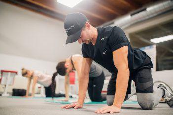 """<p class=""""caption"""">Fokus auf den Rücken: Bei verschiedenen Übungen zeigt Trainer Julian den WANN & WO-Ladys, wie sie die Rückenmuskulatur aufbauen können.</p>"""