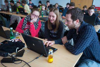"""Im dritten Modul des """"Code Base Camp"""" konnten die Jugendlichen weitere Erfahrung im Programmieren sammeln.Fotos: Hartinger; Sams"""