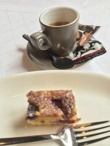 "<p class=""caption"">Kaffee und Kuchen.</p>"