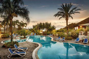 """<p class=""""caption"""">Mit einer stilvollen Einrichtung und einem traumhaften Pool lockt das Cruccuris Resort****. </p>"""