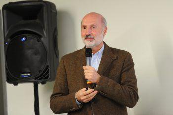"""<p class=""""caption"""">Prim. Dr. GeorgWeinländer beim Vortrag.</p>"""