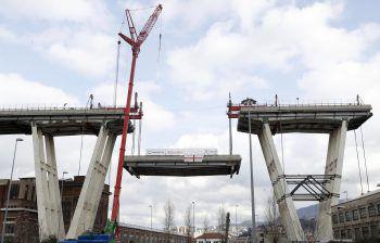 Rund sechs Monate nach dem Einsturz wird die Brücke in Genua jetzt abgerissen.Foto: APA