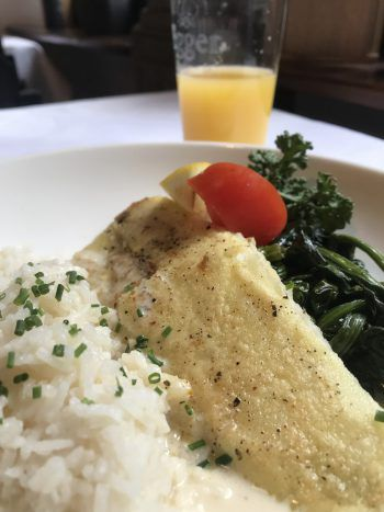 Seehecht mit Reis und Blattspinat.