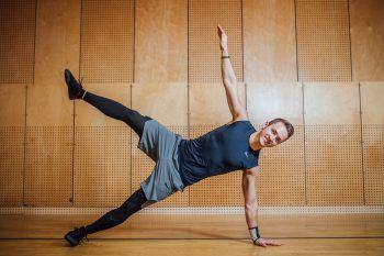 """<p>               Seitliches Beinheben             </p><p /><p>""""Auch eine Übung, die man auf jeden Fall gut zuhause nachmachen kann. In Seitenlage begeben, den Körper in eine Linie bringen und abstützen. Nun das oben liegende Bein hoch heben, halten und absenken, wiederholen. Man kann natürlich auch variieren und die Übung auf dem Ellenbogen aufgestützt durchführen.""""</p>"""