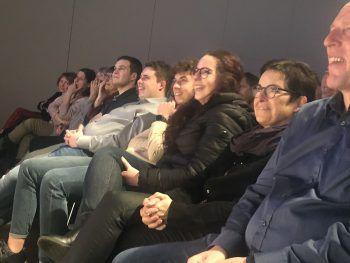 """<p class=""""caption"""">Strahlende Gesichter im Publikum.</p>"""